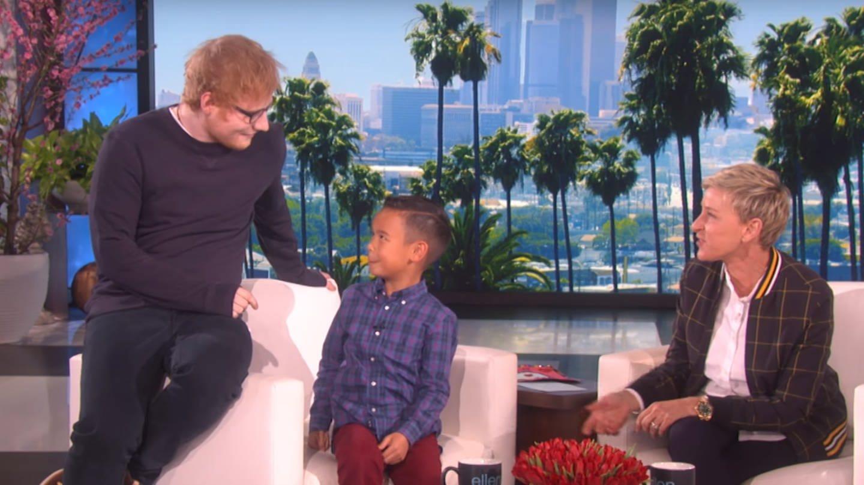 Ed Sheeran überrascht bei Ellen DeGeneres einen 8-jährigen, süßen Jungen (Foto: YouTube / TheEllenShow)