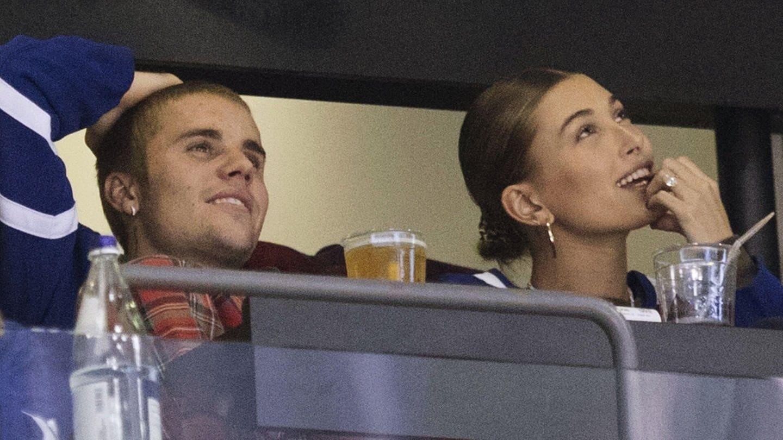 Justin Bieber neben seiner Frau Hailey Bieber bei einem Eishockey Spiel in Toronto. (Foto: picture-alliance / dpa)