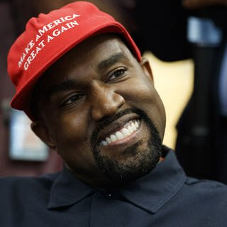 "Kanye West bei Donald Trump im Oval Office mit ""Make America Great Again""-Cap (Foto: picture-alliance / dpa)"
