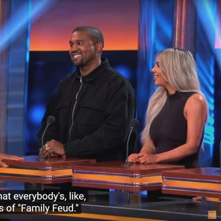 Kim Kardashian und Kanye West bei Family Feud, mi Host Steve Feud (Foto: DASDING, Screenshot: https://www.youtube.com/familyfeud)