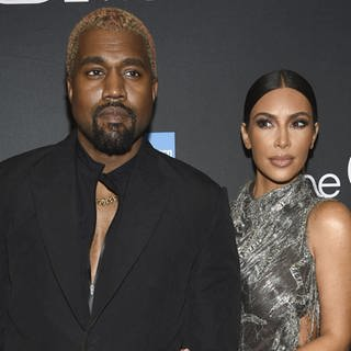 "Kim Kardashian und Kanye West bei der Broadway-Premiere vom Musical ""The Cher Show"". (Foto: picture-alliance / dpa)"