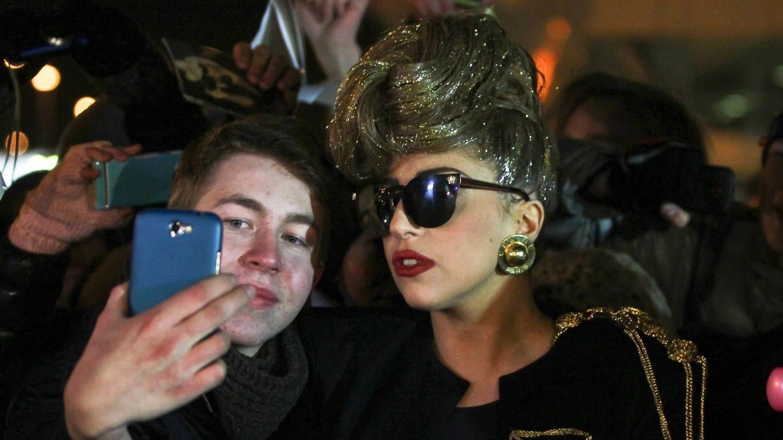 Lady Gaga knipst ein Selfie (Foto: imago/Xinhua)