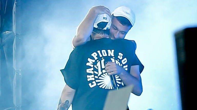 Casper und Marteria umarmen sich auf der Bühne auf dem Lollapalooza Berlin (Foto: Imago, Votos-Roland Owsnitzki)