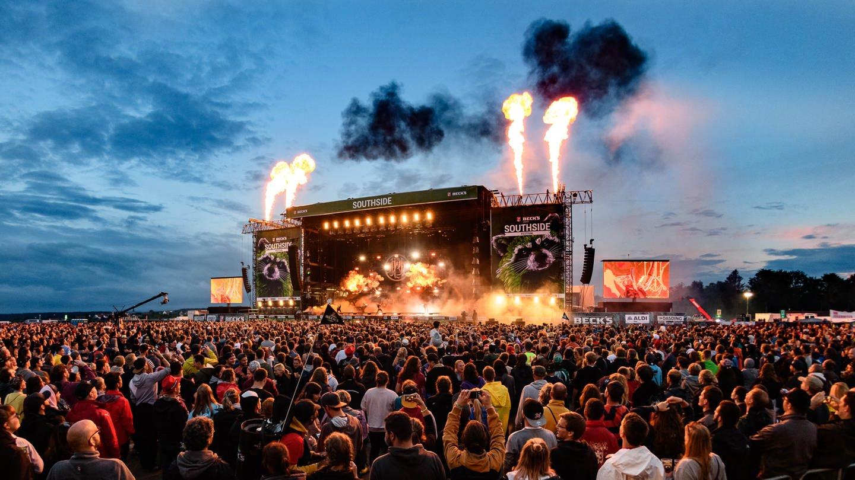 Festival-Publikum vor großer Festivalbühne mit Feuerwerk bei Nacht auf dem Southside Festival