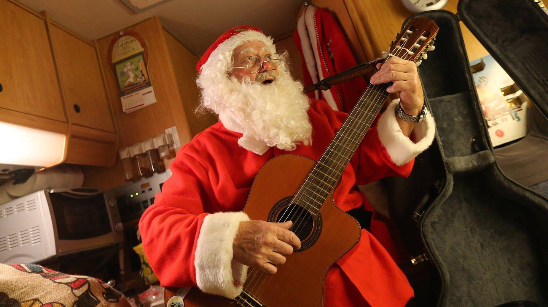 Weihnachtsmann Akustik (Foto: Imago, Steffen Schellhorn)