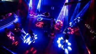 Junge Menschen feiern in einem Club auf der Tanzfläche während der Corona-Pandemie (Smybolbild) (Foto: dpa Bildfunk, picture alliance/dpa/KEYSTONE | Jean-Christophe Bott)