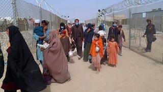 Menschen aus Afghanistan überqueren einen mit Stacheldrahtzäunen gesicherten Grenzübergang zu Pakistan. (Foto: dpa Bildfunk, picture alliance/dpa/AP | -)