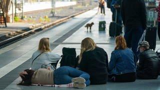 Fahrgäste warten auf einen Zug der Deutschen Bahn AG (DB). Wegen des Lokführerstreiks der Gewerkschaft GDL gibt es einen Notfallfahrplan. (Foto: dpa Bildfunk, picture alliance/dpa/dpa-Zentralbild   Peter Endig)