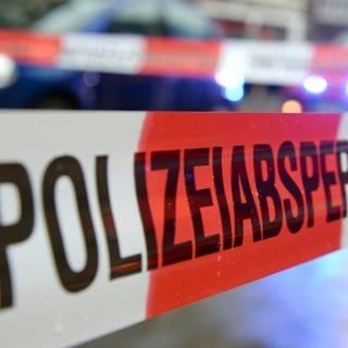 Ein Tat- oder Einsatzort ist von der Polizei mit Flatterband abgesperrt worden. (Foto: dpa Bildfunk, picture alliance/dpa | Patrick Seeger)